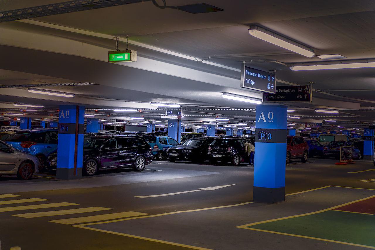 Erneuertes Parkhaus mit kostenlosem Parken am Centro Markt. Über jedem Parkplatz leuchtet eine grüne bzw rote Lampe. So sieht man schon von Weitem, wo ein Parkplatz frei ist. Tolle Sache. Car Park City Hdrphotography Illuminated Night Nightphotography Parkhaus Parking