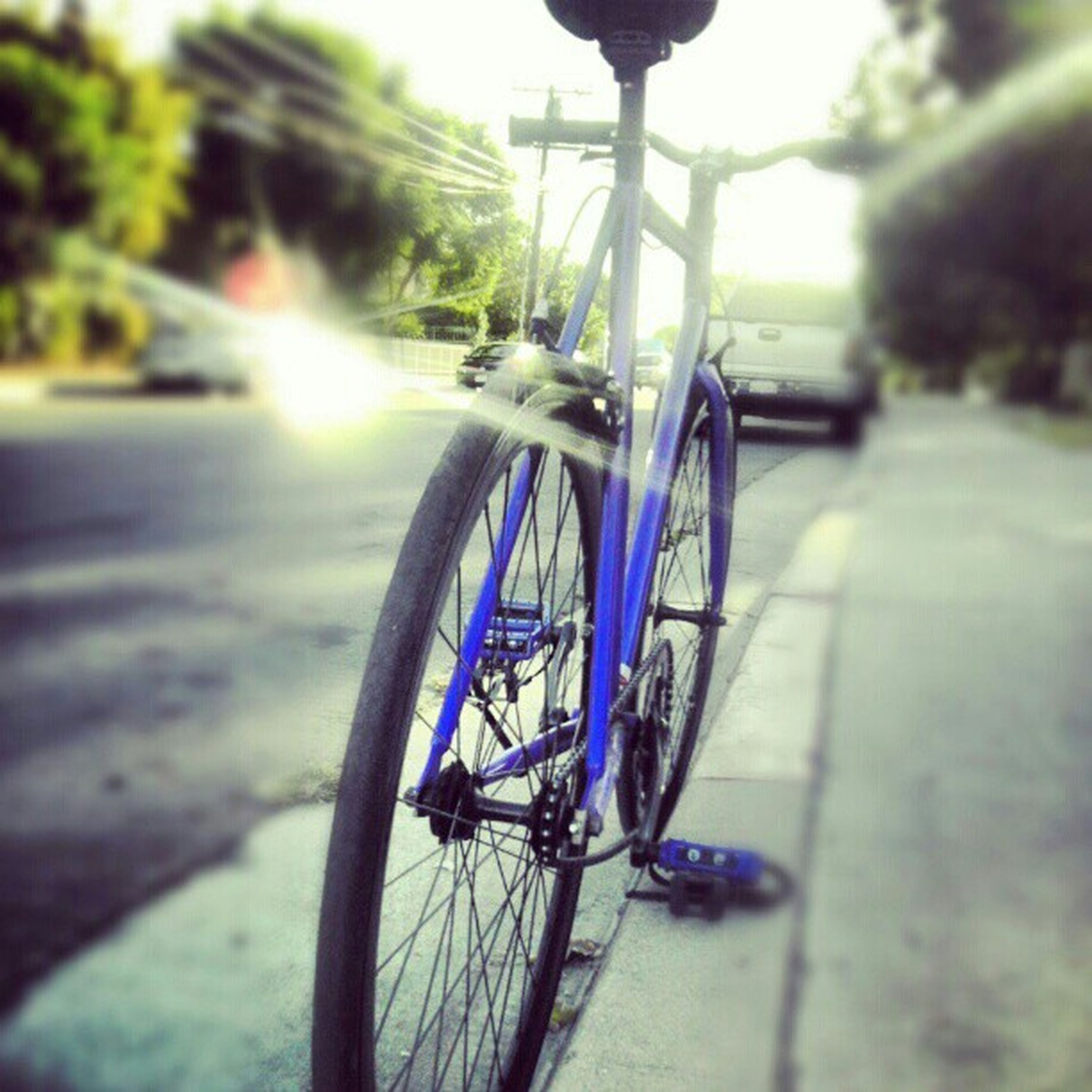 I was bored so I decided to take a pic of my bike lol Bluefixie Blackonblacktires Greenseat Sungoingdown chillinonthesidewalk covinacycleshop