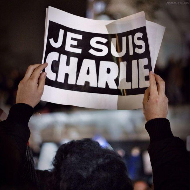 Une semaine, déjà...Charlie et son drôle de drame. Le soir du mercredi 7 janvier 2015, suite à la tuerie de Charlie Hebdo, de nombreux parisiens se sont rassemblés spontanément place de la République, à Paris. J'étais l'un d'eux. Choqué, ébété. Ma rage à peine atténuée par l'immense chagrin ressenti face à un tel gâchis. A jamais je suis, tu es, nous sommes Charlie. Jesuischarlie Paris Streetphotography France