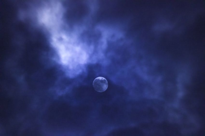 Vollmond Moon Astronomy Night Beauty In Nature Nature Planetary Moon Moon Surface Space Low Angle View Crescent Half Moon Tranquility Scenics Space Exploration Tranquil Scene No People Sky Discovery Outdoors