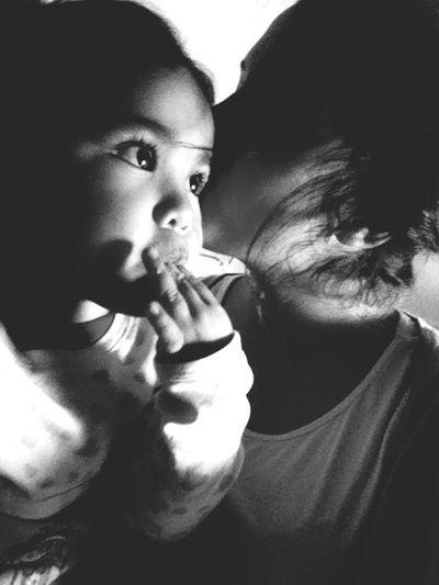 No importa lo maduro que seas, si un niño te pasa su teléfono de juguete tienes que atender. Amor Niños La Inocencia En Su Mirada Inocencia