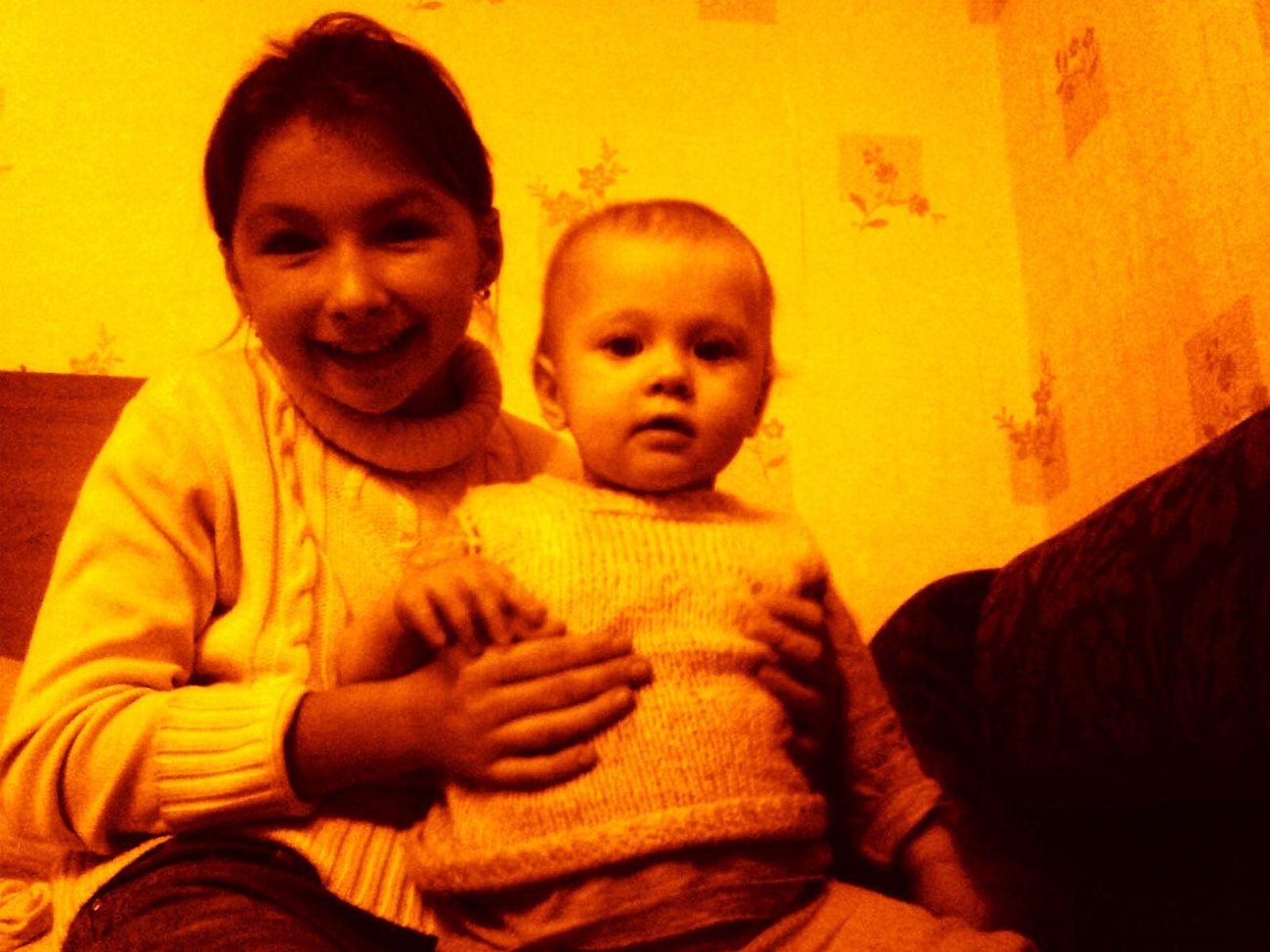 Привет! Меня зовут Полина, мне 10 лет. Я живу в Москве. У меня есть племянница, я её очень люблю и мне нравится с ней фотографироваться. Ещё есть сестра Настя, ей 26 лет. First Eyeem Photo