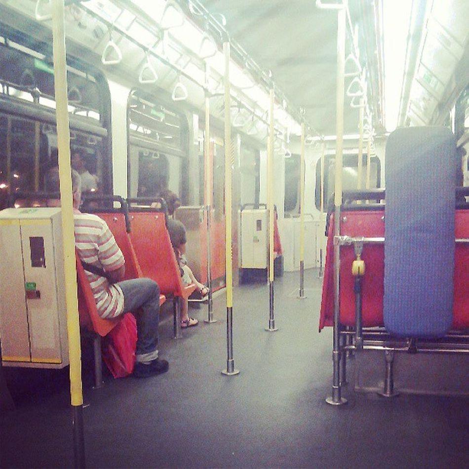 對於居住港島的我來就,坐輕鐵如像乘坐有冷氣的電車般。夜坐輕鐵另有一番滋味! 輕鐵 天恒 Lightrail