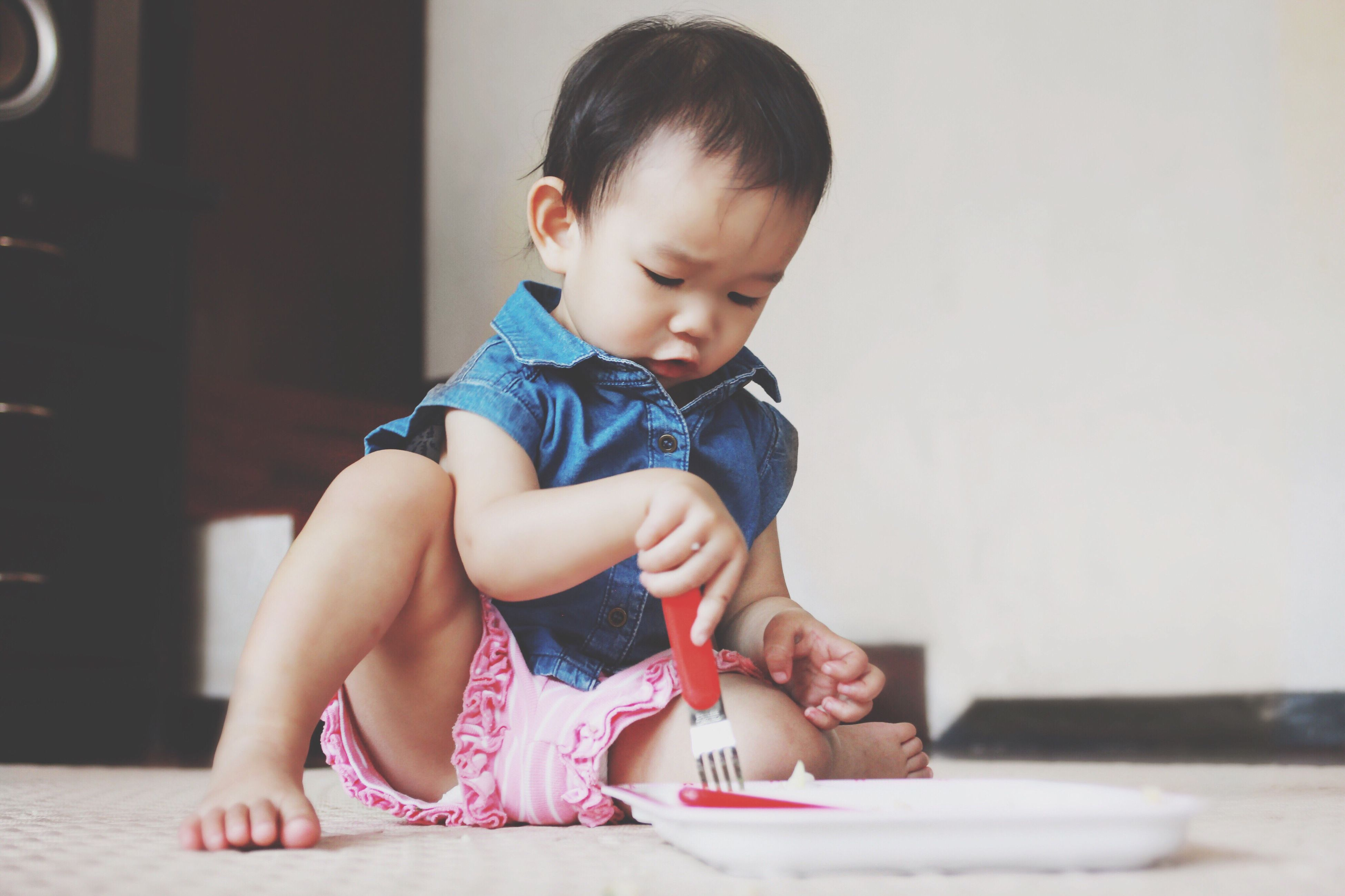 cute, toddler, childhood, real people, home interior, one person, indoors, holding, front view, human hand, sitting, touching, baby, table, babyhood, people, day