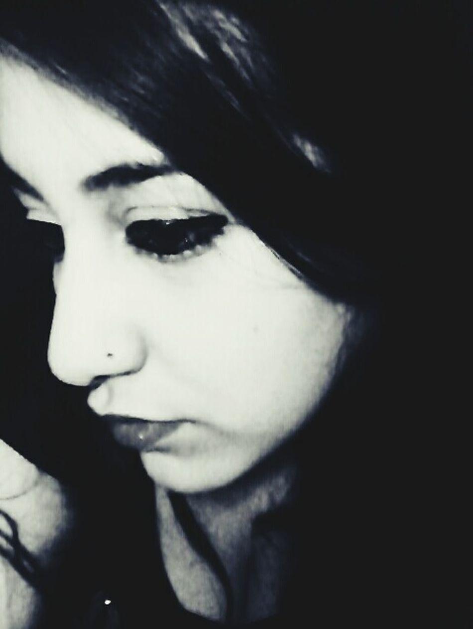 No eramos amigos ni novios, eramos un pequeño intermedio que dolía en el corazón.. ~ Frases Black & White Perfil Pensativa Ultimo Dia De Invierno Domingo Cordobacapital Argentina☆