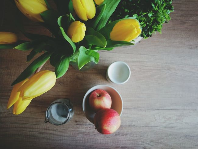 Fruit Healthy Eating Freshness Apple Apples Table From Above  Arrangement Kitchen Table Decoration Decorations Tulips Flower Bouquet Lifestyles Lifestyle Vegetarian Food Breakfast Food And Drink Yellow Close-up Ready-to-eat Still Life Huaweiphotography HuaweiP9