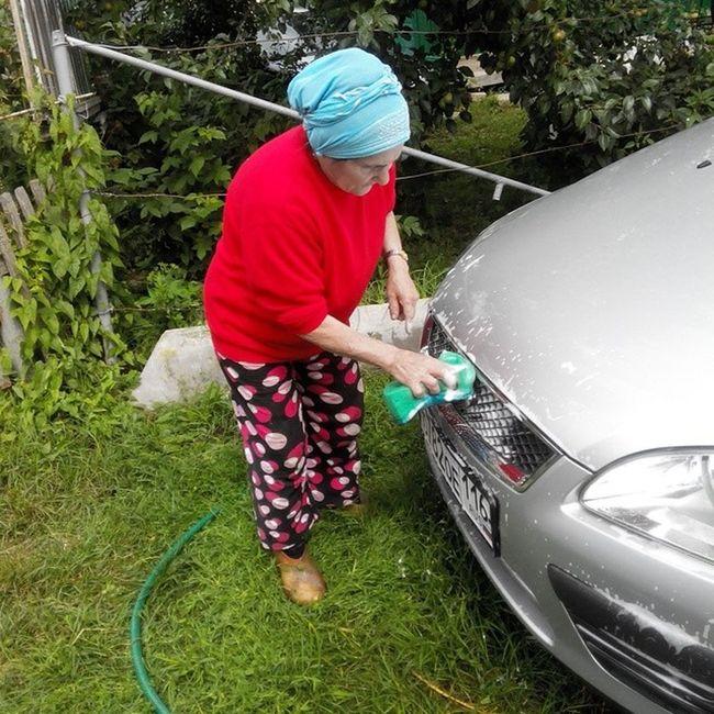 Ну кто ещё согласится отмыть машину от мошкары после трассы)) любит внука) давани Carwash Hotgirl