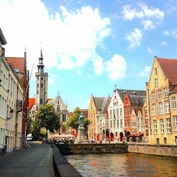 Projectsw Hiddentreasure Brugge Belgium : 브뤼헤는 '아르놀피니 부부의 초상'으로 유명한 얀 반 에이크의 고향이다. 사진의 동상은 그를 기리기 위한 것이었다. 아침부터 나와 지도 한 장으로 브뤼헤를 헤집고 돌아다니다 저 동상 앞의 노천카페에서 잠시 다리를 쉬었다. 노래를 들으며 한참을 앉아있었다. 그리고 남들보다 느린 나는 그제서야 자각했던 것 같다. 아, 내가 여행을 하고 있구나. Janvaneyck Bronzestatue Canal Houses Oldtown Bruges Travel Travelgram Alonetraveller Beautifuldestination 2015  여행스타그램 벨기에 브뤼헤 나홀로여행 여행에미치다 유디니