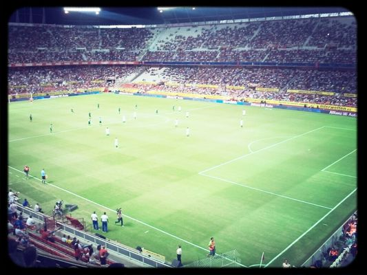 Watching football at Estadio Ramón Sánchez-Pizjuán by santiortix