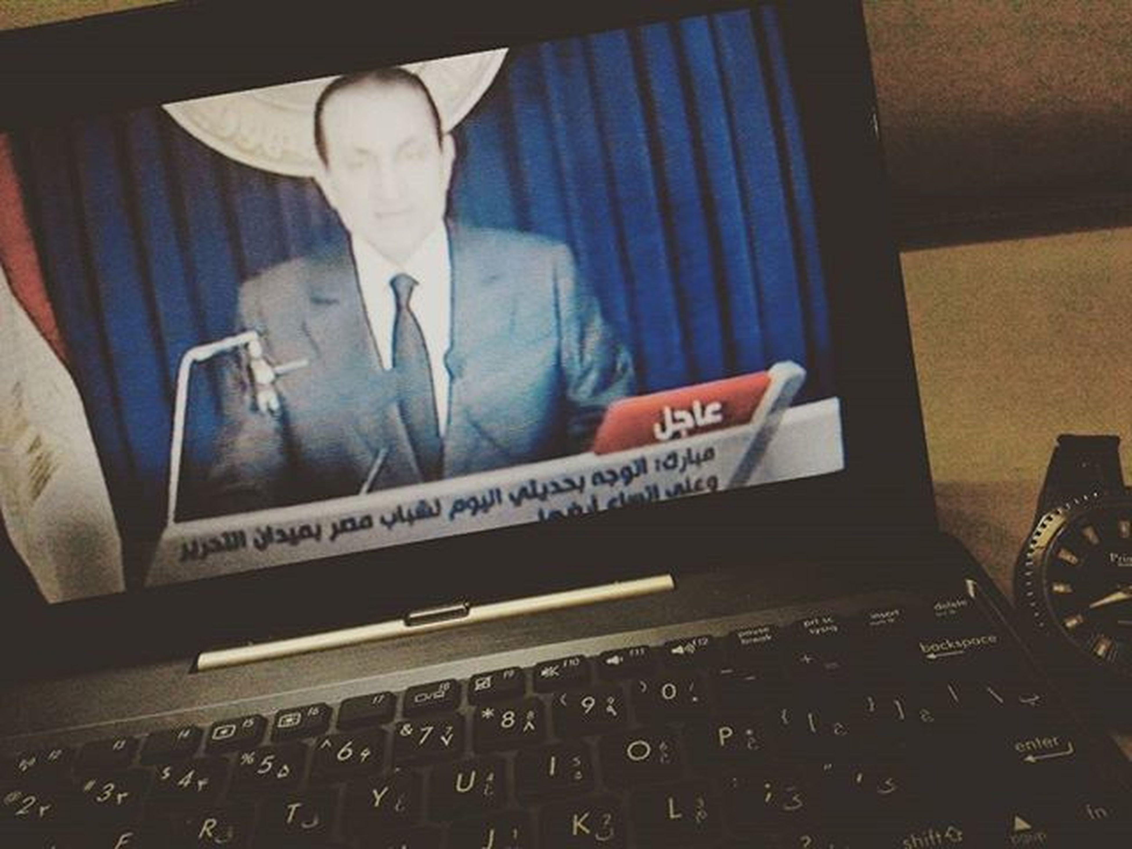 . . . . مصر و بازگشت روزهای سیاه . . . یادش بخیر چند سالیست که از آن بهمن پر بیم و امید می گذرد . . . در مصر غوغایی بود و دوستان من در کشورهای منطقه بصورت روزآمد اخبار تحولات را به اطلاعم می رسانند اما هیچکس فکر نمی کرد حسنی_مبارک رفتنی باشد ! حداکثر برآورد دوستان عرب ، افزایش انعطاف حاکمیت در برابر مخالفین مسلمان بود . . . با انتشار پیام سخنرانی قریب الوقوع رئیس جمهوری وقت مصر خطاب به انقلابیون میدان التحریر به سایت الجزیره مراجعه کردم تا در صورت شروع سخنرانی آن را از دست ندهم زیرا احتمال اعلام استعفای مبارک وجود داشت . . . خدا را شکر سرعت اینترنت یاری کرد به تماشای تصاویر زنده از میدان آزادی قاهره نشستم که دقایقی بعد ناگهان برنامه سخنرانی دیکتاتور مصر آغاز شد و وی با خونسردی کامل خطاب به مردم مصر سخن گفت و از برنامه هایش برای آینده مصر گفت . . . جالب اینکه در پایان تاکید کرد به هیچ وجهه تسلیم فشارهای خارجی برای کناره گیری از قدرت نخواهد شد !!! . . . شنیدن این جمله از وی احتمال هر گونه کناره گیری داوطلبانه وی را منتفی کرد و یادم نمی رود در پی آن سکوتی در میدان تحریر حکم فرما شد . . . اما اندکی بعد فریادها به آسمان بلند شد و . . . خوشبختانه ساعاتی نگذشته بود عمر سلیمان معاون و رئیس سرویس اطلاعاتی مبارک بر صفحه تلویزیون ظاهر شد و با اعلام واگذاری امور حاکمیت به شورای عالی نظامی زمینه قرار گرفتن امور در دست ژنرال طنطاوی مهیا نمود . الیته در اخبار ویژه هم اعلام شد حسنی مبارک با هلیکوپتر به مقصدی نامعلوم رهسپار شده است . . . پی نوشت : امروز انتخابات پارلمان ملی مصر شروع شد که بنا بر گزارشها بدلیل فضای بسته سیاسی تنها ضریب مشارکت در آن ۵ درصد اعلام شده است که در پی شنیدن این خبر ساعتی را به تماشای مستند_المیدان و داستان جوانان مسلمان و مبارز مصری نشستم . . . شاید بعدا بیشتر به این مستند مصری پرداختم . . .