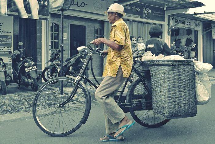 Bicycle Adults Only Bicycle Basket People Lenovoa6000 Phonegraphy_indonesia Octavianuspict Lifestyles Struggle For Life EyeEm Best Shots PhonePhotography Eyeemindonesia Salatigacity Low Angle View Omteloletom