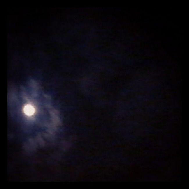 Sei que há no mundo quem possa te dizer, que não é tua, a lua que eu te dei. Pra brilhar por onde você for, me queira bem, durma bem meu amor Noitedeluar Amô