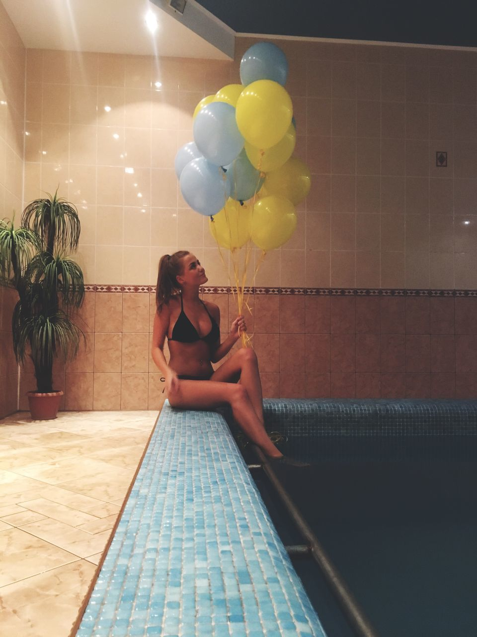 balloon, real people, one person, lifestyles, celebration, young adult, young women, leisure activity, full length, helium balloon, indoors, beautiful woman, yellow, multi colored, day