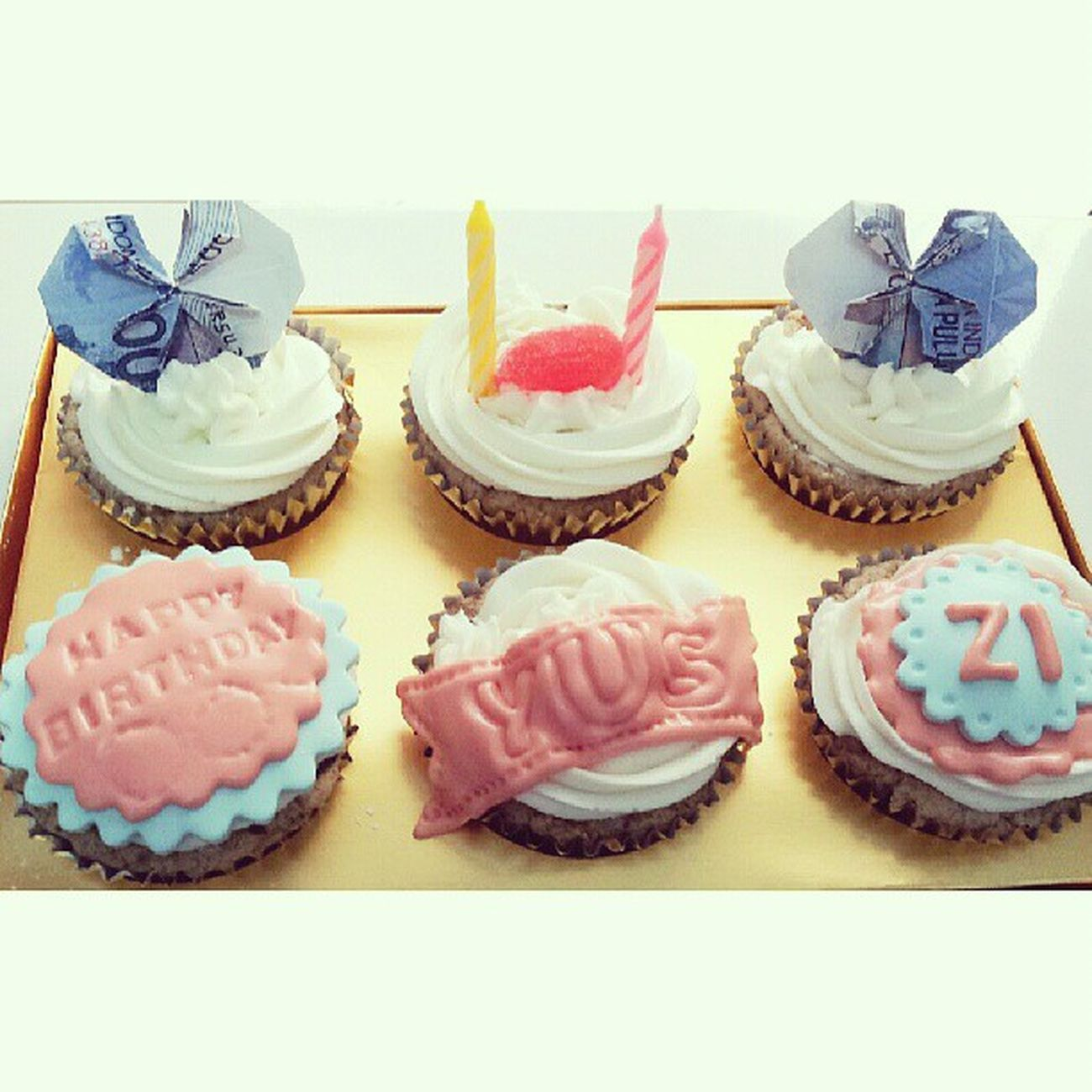 Birthday Cupcakes *yus*, lovely 50k money paper as topping! Babiefabulouscakes Ccupcakesdaily Sweetcakes ILikeYou ig potd birthdaycupcakes cupcakestyle cupcakestagram