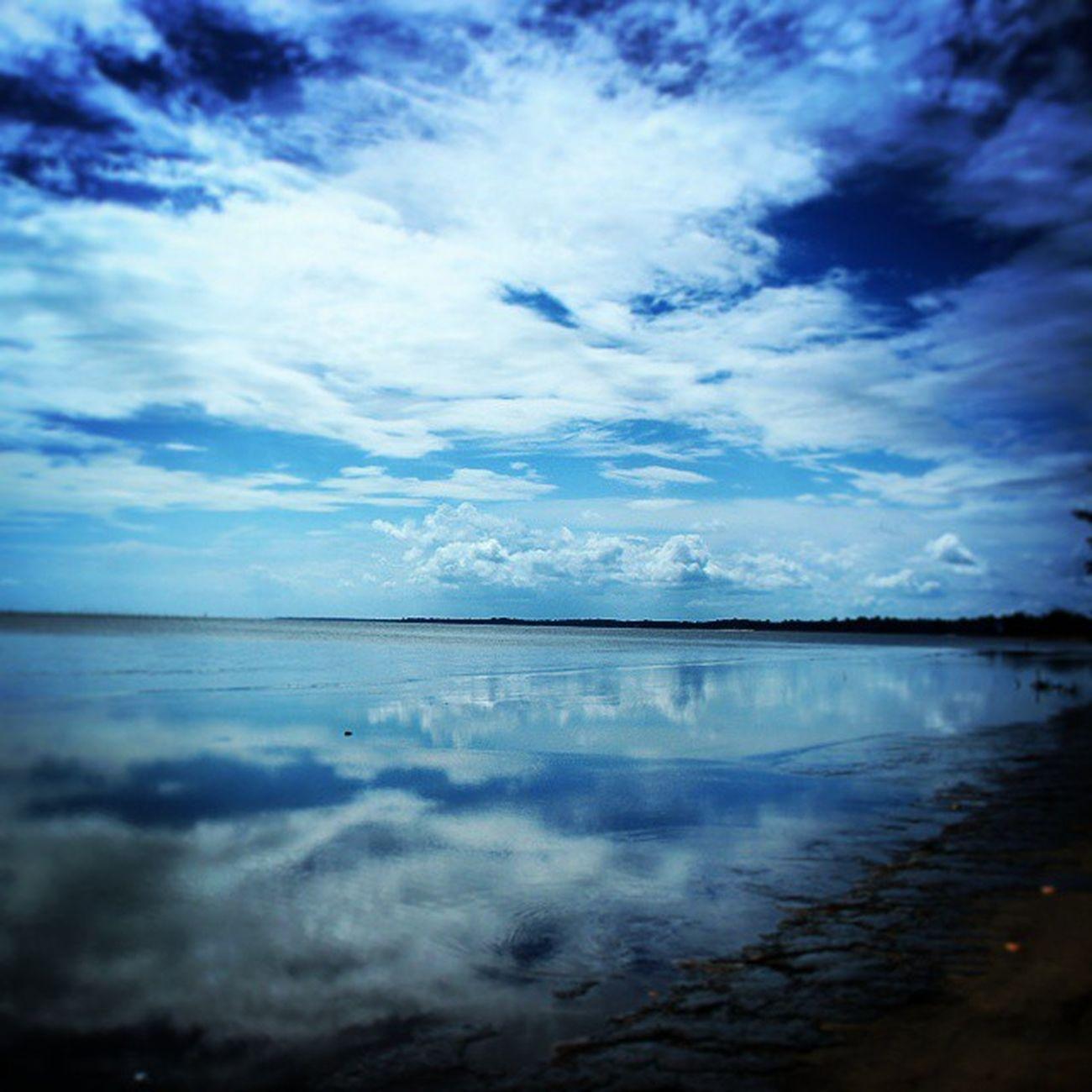 Langitnya bikin rindu. Sayang mirrornya kurang Mirror Beach Ins Travelling Borneo Pankalanbun