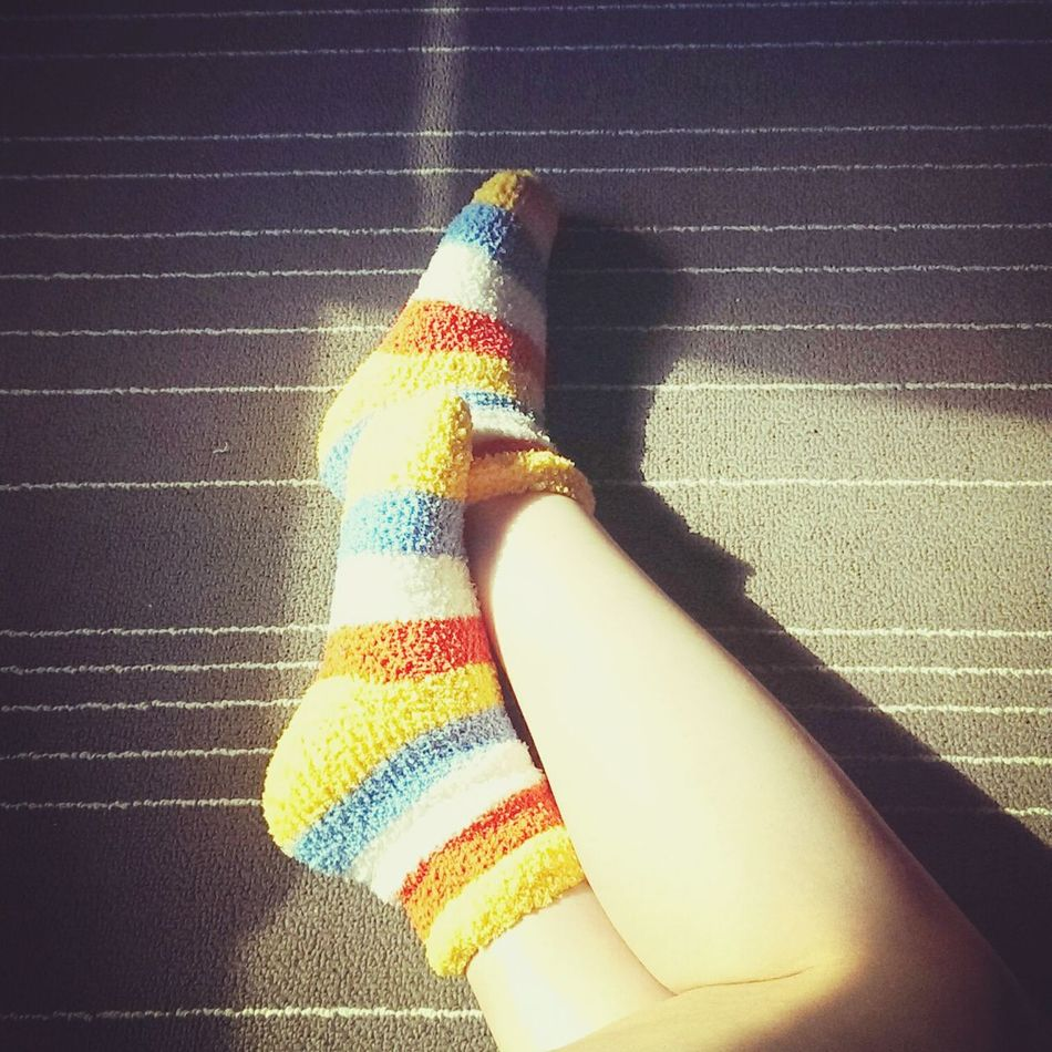 懶洋洋的午後,因為感冒無法出門走走,只好賴在地毯上打滾,順便曬個日光浴Ihaveacold Cold Sock Colorful Sunday Afternoon Sick Day At Home