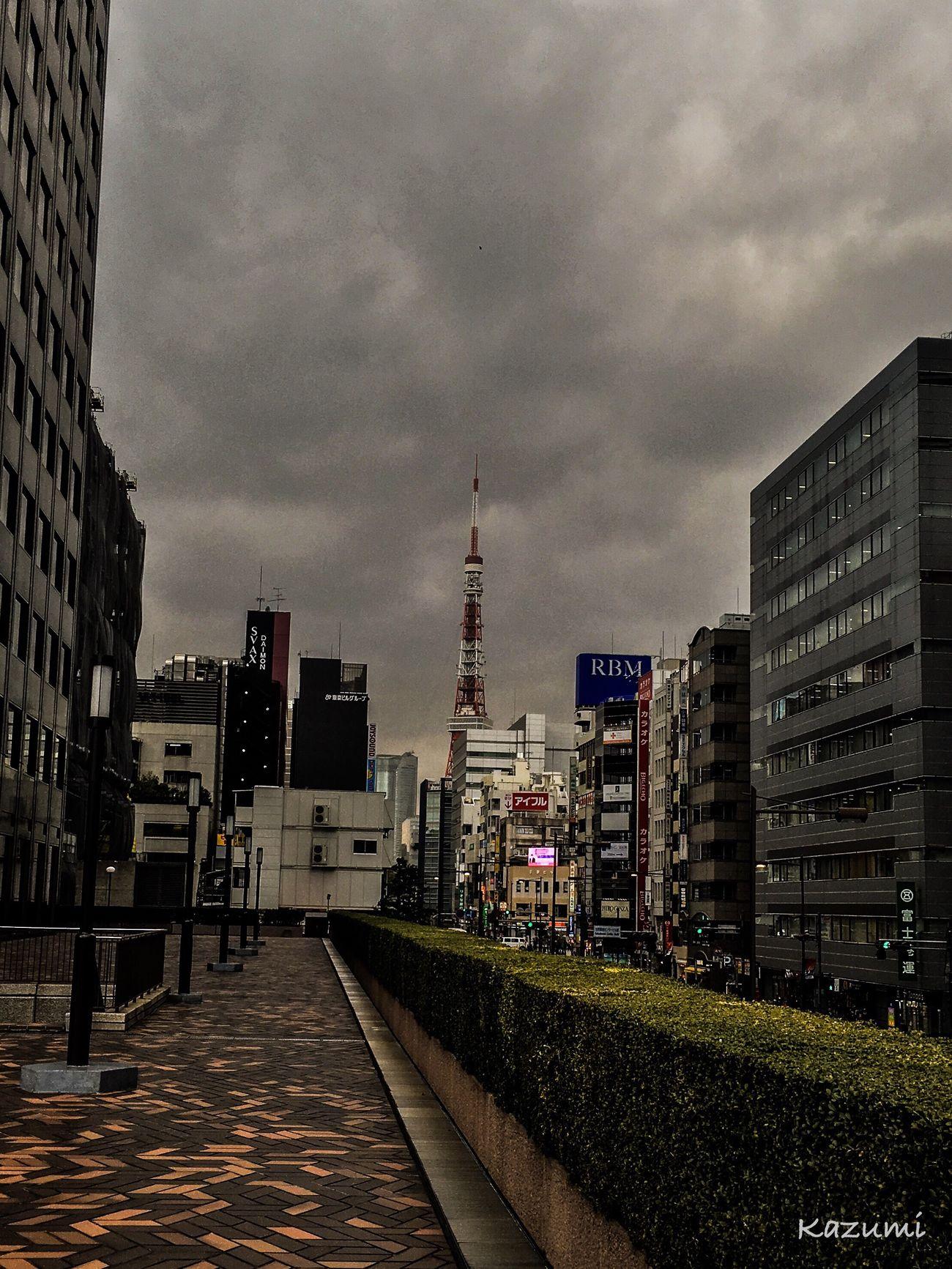 低い空...飲み込まれてしまいそう。 City Architecture Building Exterior Built Structure Sky Cloud - Sky Travel Destinations Skyscraper Urban Skyline Tower Outdoors No People Modern Cityscape Day 東京タワー (tokyo Tower) Tokyo Japan 東京タワー