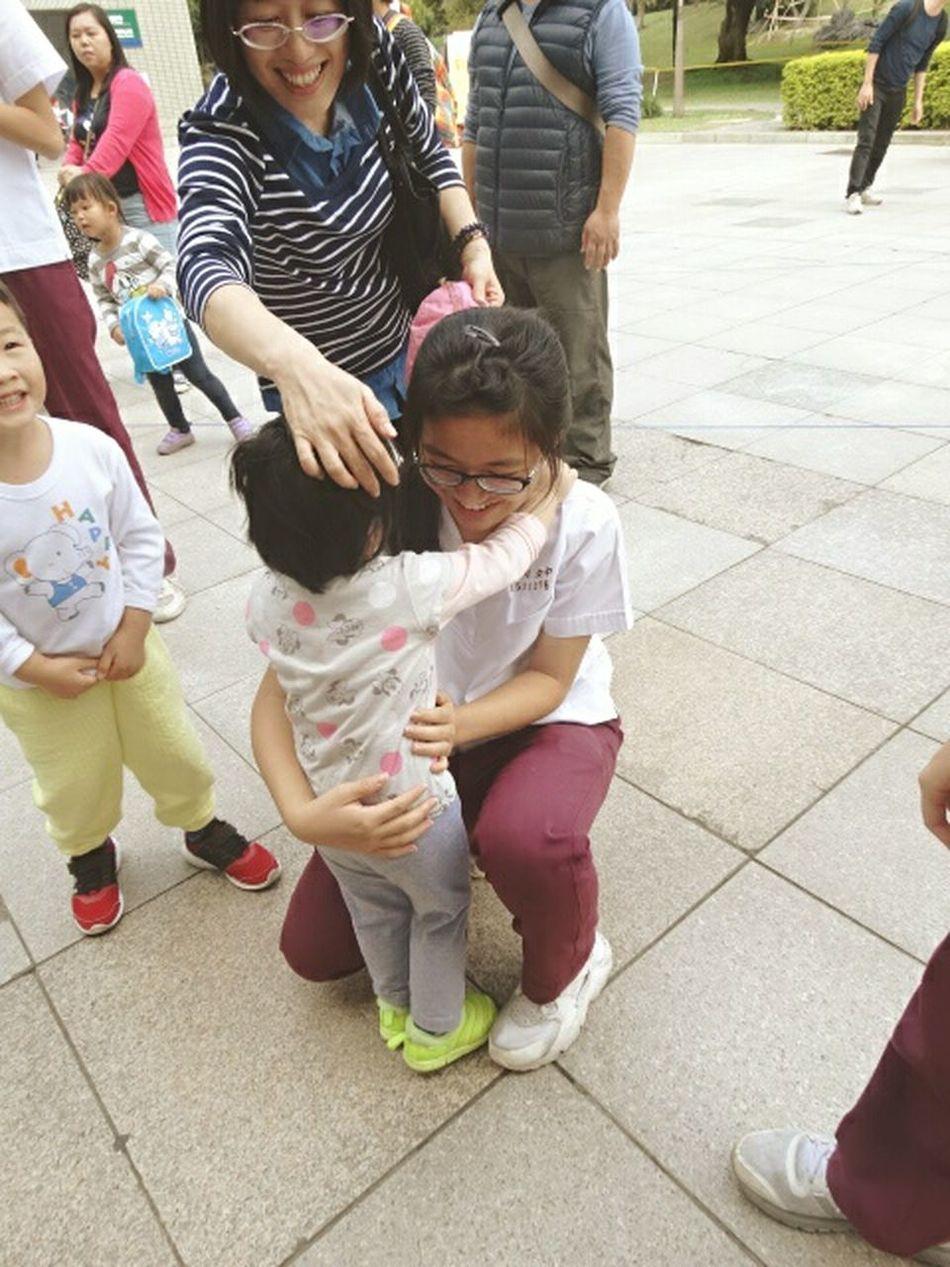 幸せ 溫馨 溫暖 溫柔 我的城市 People Child Adult Girl Childhood Smile Hug Love Taiwanese Taiwan