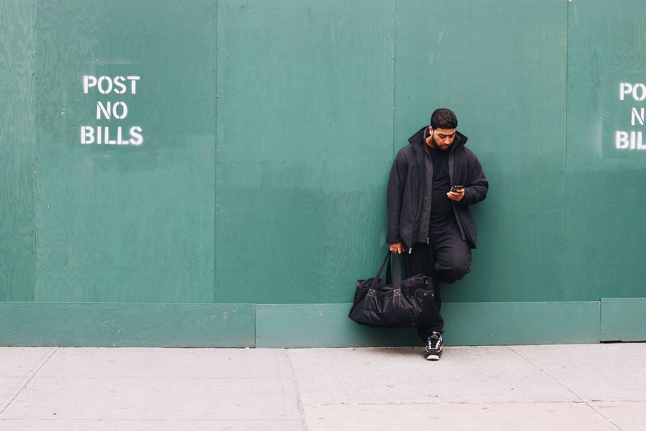 Easy breezy. Hanging Out Laid Back Relaxing Urban Scene New York City Busy Busystranger Green Color Green Wall Minimalism Minimalobsession Minimalmood Simplicity Street Photography Street Life Contrast Cityscapes EyeEm Deutschland