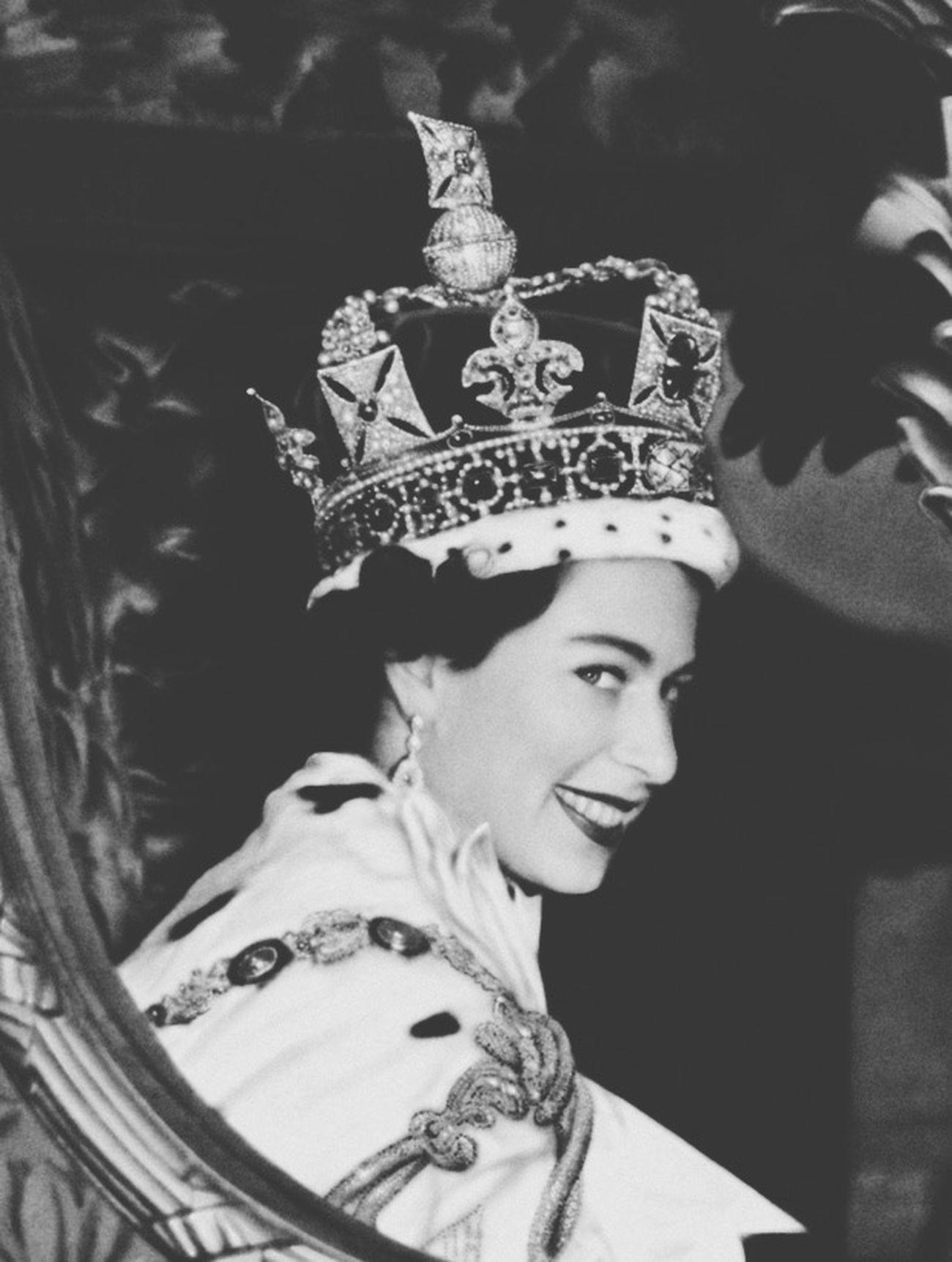 Queen Elisabeth The Queen Coronation  Throne