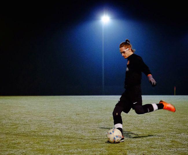 """SC Kristall Kristaller Werden! Support The Team Soccer Berlin Flüchtlingsaktion des SC Kristall Berlin Im Sommer 2015 fassten wir als Verein den Entschluss, unser Engagement auch auf Bereiche außerhalb des Fußballplatzes zu erweitern und gesellschaftliche Verantwortung zu übernehmen. So beschlossen wir, Geflüchtete zu unserem wöchentlichen Training einzuladen. Hierfür kontaktierten wir Wohnunterkünfte in unserem Kiez Weißensee und schon bald nahm eine feste Gruppe von bis zu 15 neuen Spielern an unserem Training teil. Über die Initiative """"Second Fanshirt"""" sowie unserem privaten Fundus konnten wir zudem Trainingsausrüstung wie Trikots, Hosen und Schuhe stellen. Für die Zukunft sind weitere Kooperationen mit Unterkünften und Initiativen in Weißensee geplant. Um dabei auch mehr Möglichkeiten für gemeinsame Aktionen und Aktivitäten zu haben, starten wir daher unsere Unterstützerkampagne """"KRISTALLER WERDEN!"""" 👉🏻 www.sc-kristall.de ⚽️"""