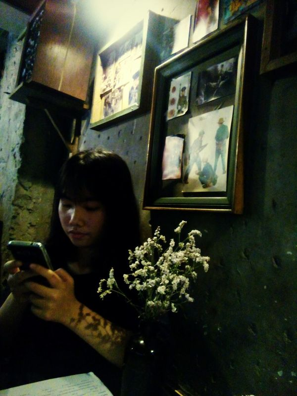 Lifestyles Day Hanoi Cong Cafe Time Friend Rainy Day Mobile Conversations