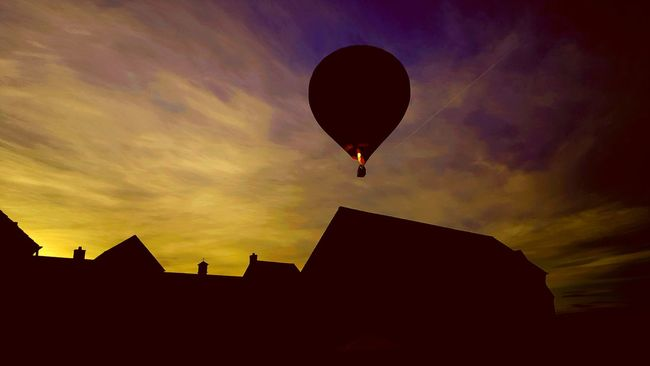 My first upload on Eyeem, a photo taken last weekend, edited slightly with the built in photo editor on my Samsung Galaxy S6. Taking Photos Hello World Skyporn Hot Air Balloon Sunset Colourful First Eyeem Photo