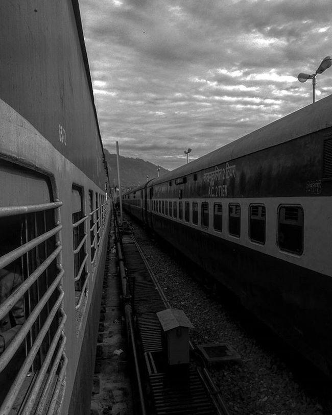 गाड़ी बुला रही है, सीटी बजा रही है चलना ही ज़िंदगी है, चलती ही जा रही है!! 😊☺ Framedmomentsoflife Mobilephotography . _soi Indiapictures Framedsymphonies Myytraveldiaryblog Iwanderwhy India JammuandKashmir Incredibleindia Wanderlust Wanderer AnshumanShuklaPhotography