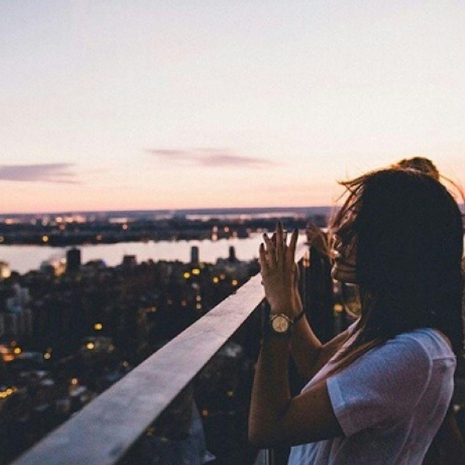 Immagini che lasciano il segno e resteranno dentro ai miei occhi nel tempo. Tu, inventi il tuo cielo tra linee di colore. Tu, hai trasformato tutto il resto in uno sfondo. Tu, della mia esistenza sei l'essenza. ??? Tiromancino Immaginichelascianoilsegno Songoftheday Music