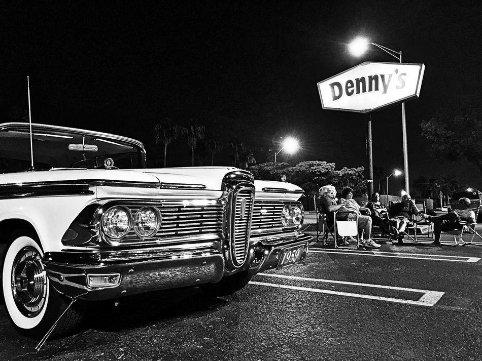 Denny's talks. Streetphotomiami Miami Blanckandwhite Black & White Street Photography Streetphotography Blackandwhite Streetphotography_bnw B&w Streetphoto_bw Dennys ✌ Denny's