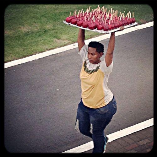 En Panama es habitual ver donde hay ambiente festivo a personas vendiendo manzanas caramelizadas. Aún no sé como hacen para comerse una de esas! panama Panama Tradiones