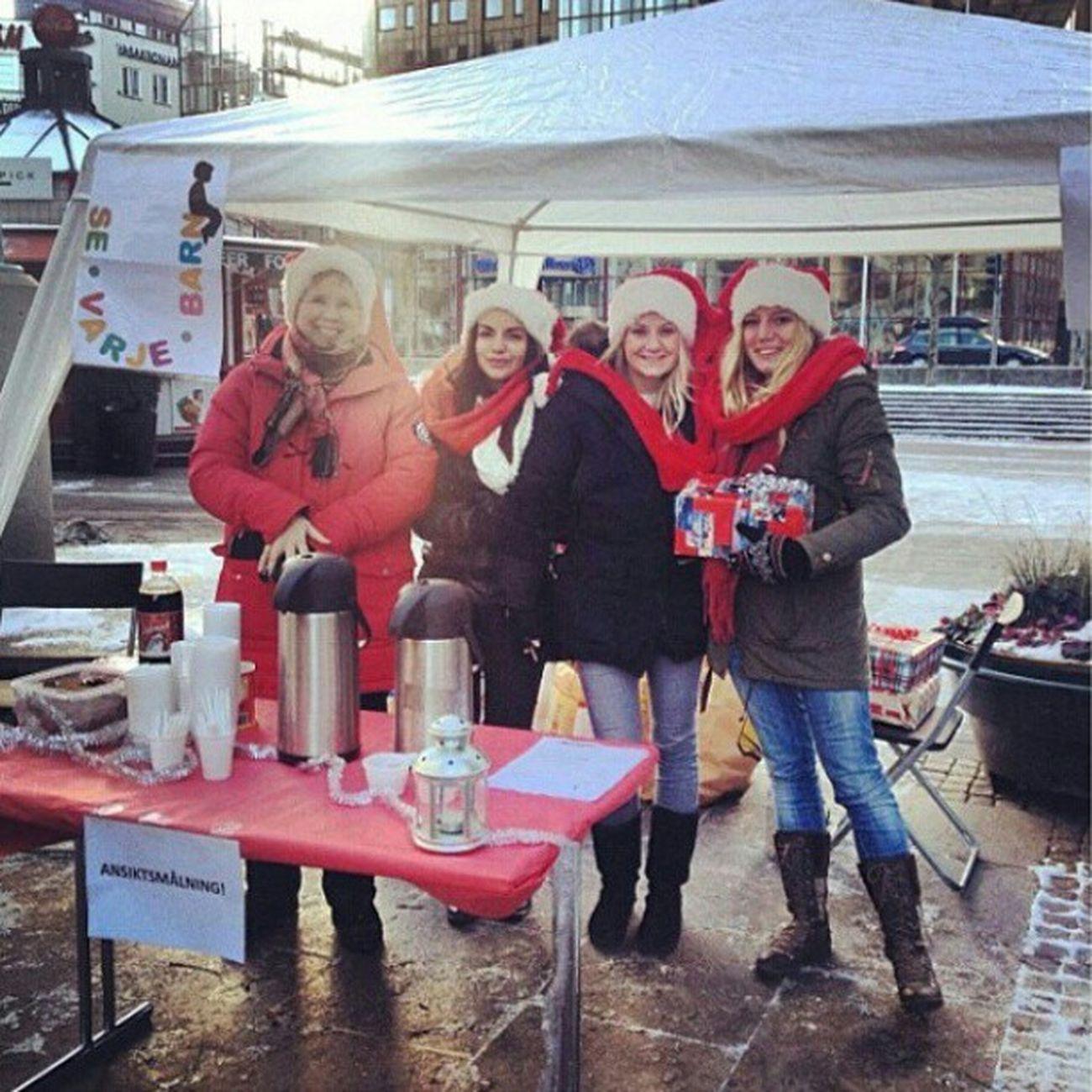 Idag står mina fina klasskompisar vid trianglen i Malmö för att tjäna in en liten slant eller julklappar åt ett barnhem i Ukraina. De kommer att åka över till Ukraina och lämna allting personligen. Pengarna ska gå till en lekplats åt barnen. Allt välkomnas! Servicemanagement Projekt Sevarjebarn Kärlek Ukraina