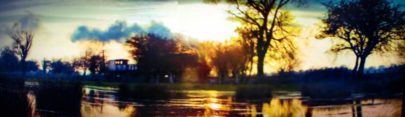 Primeira cena de Downton Abbey. Netflix Downton Abbey Tree Water Scenics Cloud - Sky Tranquility Nature Train