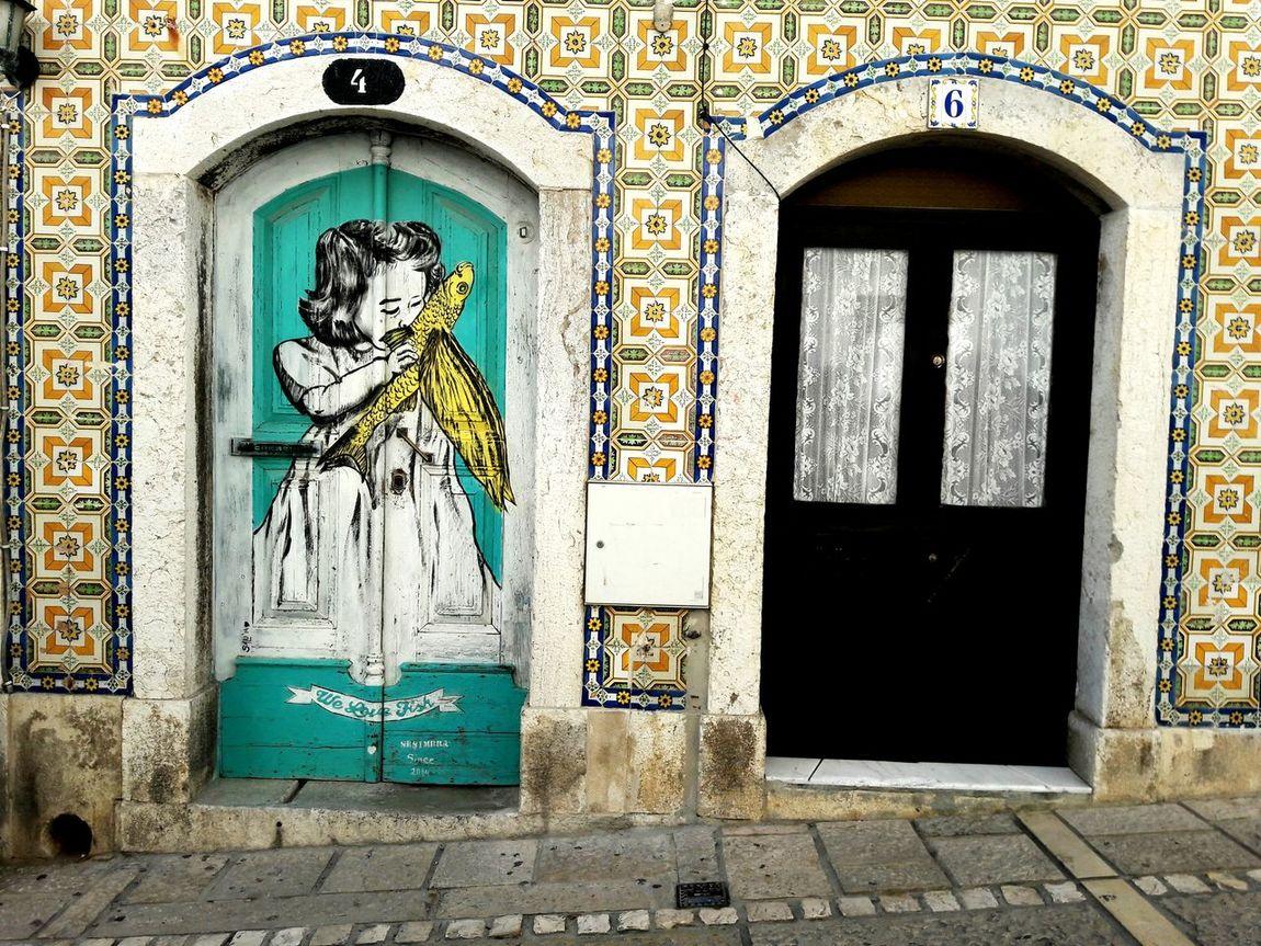 Street Art in der Altstadt der portugisischen Kleinstadt Sesimbra Urbano No People Street Art Sesimbra Azulejos Portugal Altstadt Hausnummer Tür Doors Papagei Fliesen