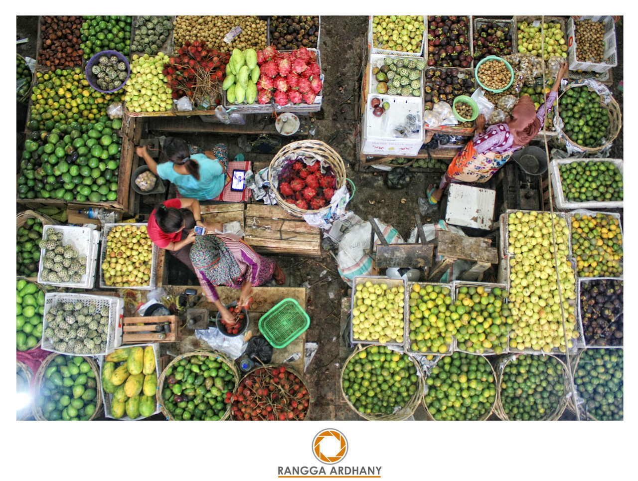 de Market Lombok Abundance Arrangement Choice Consumerism Day Food For Sale Freshness Fruit High Angle View Large Group Of Objects Leaf Market Market Stall Multi Colored Nature No People Outdoors Retail  Variation Vegetable