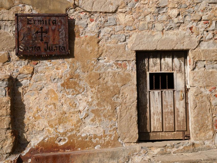 Hermitage Emirta Santa Justa Spain. La ermita de Santa Justa, situada en la playa de Santa Justa, término de Ubiarco (ayuntamiento de Santillana del Mar, España) es una construcción semiexcavada en la roca de un anticlinal. El 12 de noviembre de 2010 se anunció su declaración como Bien de Interés Local con categoría de inmueble.2 3 De carácter semirrupestre, sólo posee dos paredes de piedra de mampostería, además de la cubierta de teja de una sola agua, todo ello unido al acantilado.2 La edificación actual data del siglo XVI, consagrada gracias a unas reliquias de Santa Justa y Rufina. Con el tiempo se convirtió en un foco de peregrinación en la región, uno de los primeros del litoral cantábrico.2 Sobre el acantilado en el que se encuentra, se alzan los restos de la Torre de San Telmo. Abandoned Architecture Building Exterior Built Structure Cantabria Cantabria_Total Cantabria_y_turismo Catholic Day Emirta Santa Justa Hermione Hermitage History No People Outdoors SPAIN Tour Eiffel, Paris. Tourist Attraction  Travel Travel Destinations Travelling Vivid International