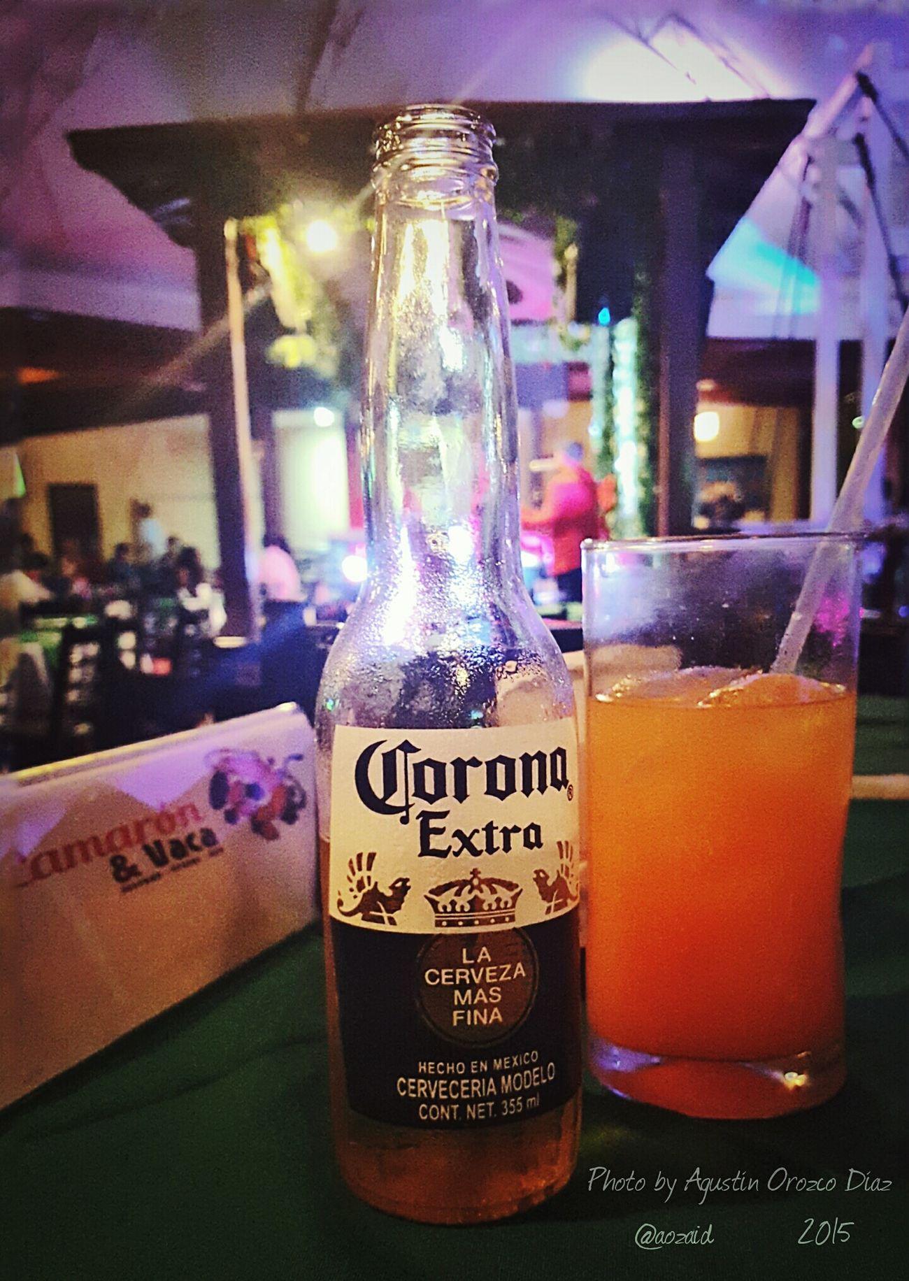 Disfrutando de un sabadito con una Cerveza Corona en Camaron & Vaca Photo By Agustín Orozco Díaz - 2015