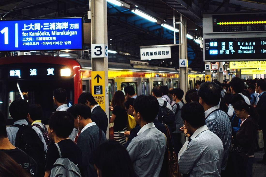 京浜急行 横浜駅 横浜 Station Platform Station Cityscapes City Life Evening Train Station Sony Rx100m3 Sony Rx100 M3 Yokohama, Japan Everyday Life Platform Platform Of Train Station Battle Of The Cities People And Places