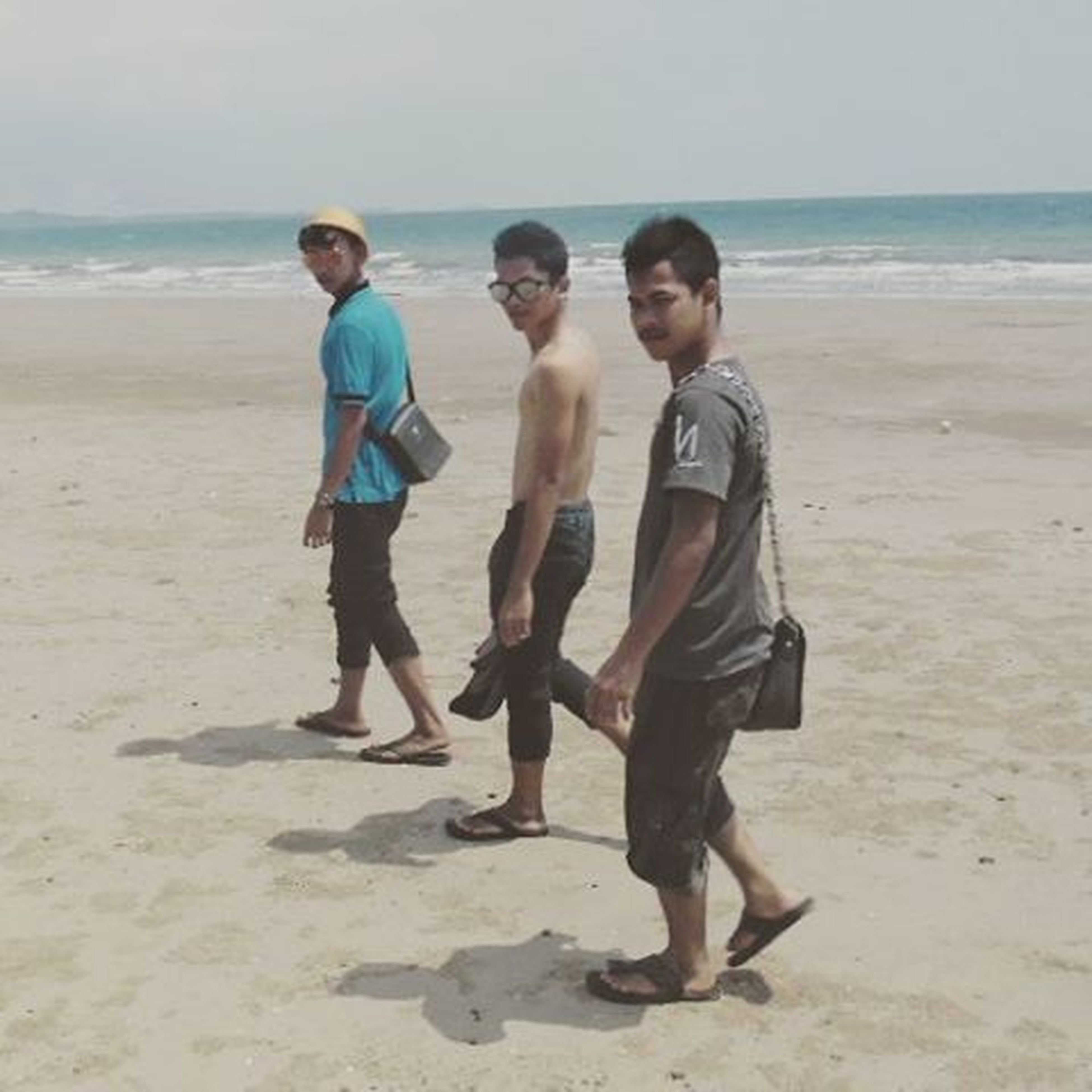 beach, sea, sand, shore, horizon over water, childhood, full length, lifestyles, water, leisure activity, togetherness, boys, vacations, person, elementary age, casual clothing, girls, bonding