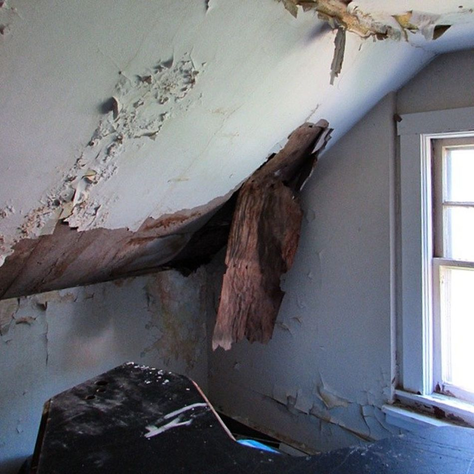 Oldhouse Cavingin Decay Neglect abandonedbuilding abandoned forgotten beautiful brightroom storieshappenedhere alcove