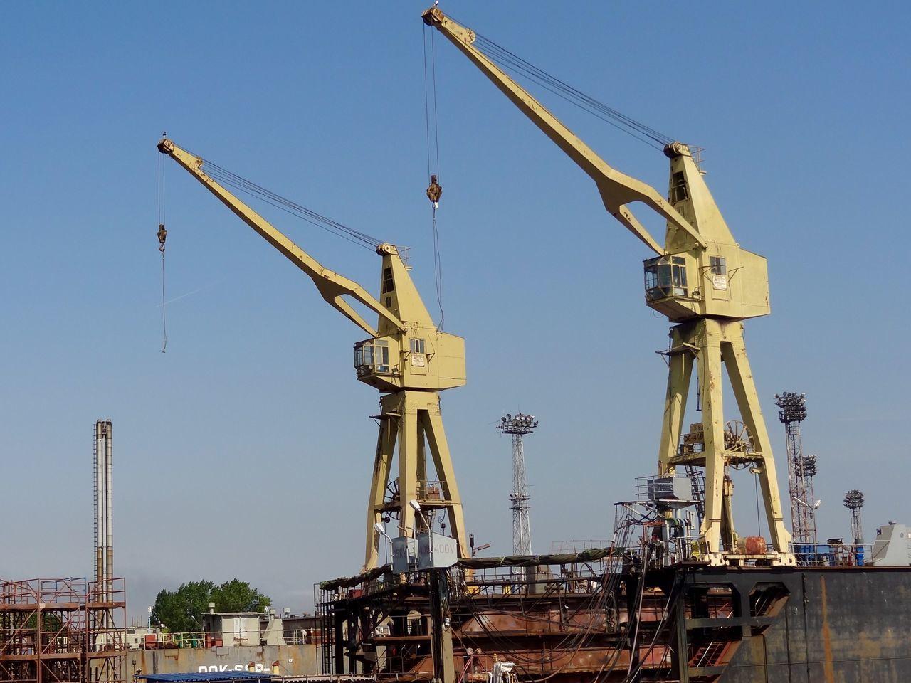 Aliens attack Crane - Construction Machinery Crane Cranes And Construction Cranes Harbour Cranes Mechanical Art Shipyard