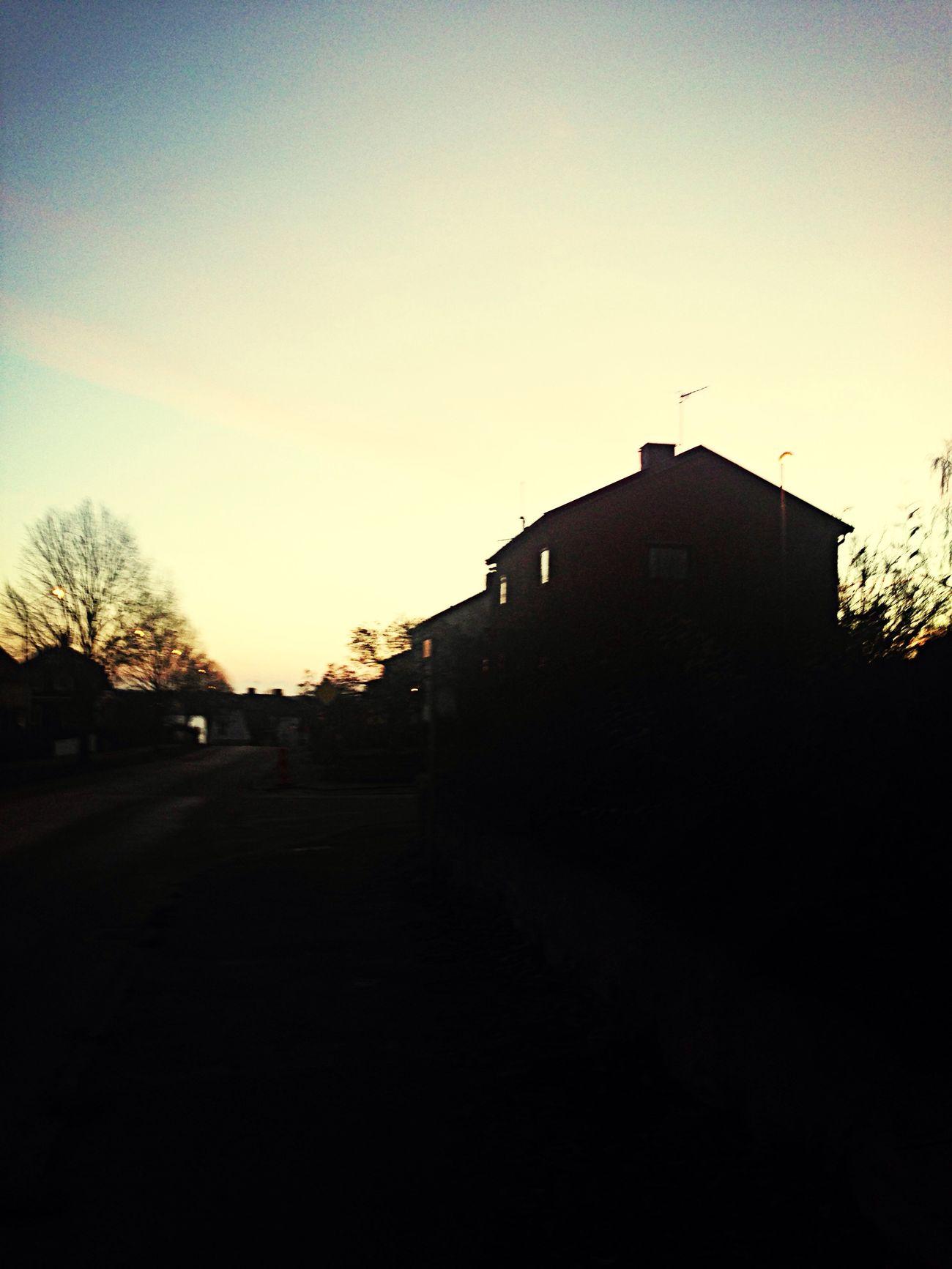 Klockan är 08:09 i den lilla staden västervik och solen har precis gått upp, morgon promenader är dom bästa promenaderna Västervik Världenshjärta