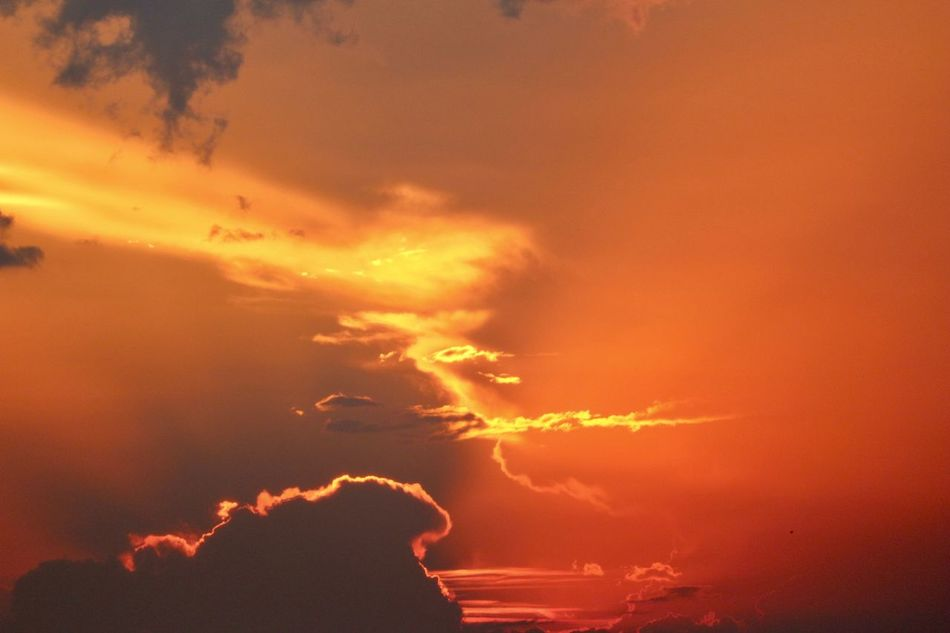 Sky art - paintings, drawings, faces, figures and what else our imagination want to see. Abstract Art Art Beauty In Nature Clouds And Sun Drawing ✏ Dusk Fiery Sunset Nature Nature Beautie Outdoors Sky Sky And Clouds Sky_collection Sunset_collection