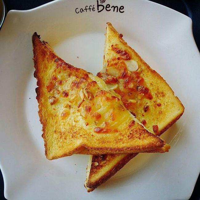 카페베네 Caffebene 너트치즈브레드 각종 너트들이 입안에서 오도독 두툼한 치즈가 쫀득 중안부분은맛있는데 겉을너무익히셨나 바삭하다못해딱딱해 😢 그래도맛있으니까 통과 카페베네그램 먹스타그램 Instafood Foodie Bread Nuts Cheese