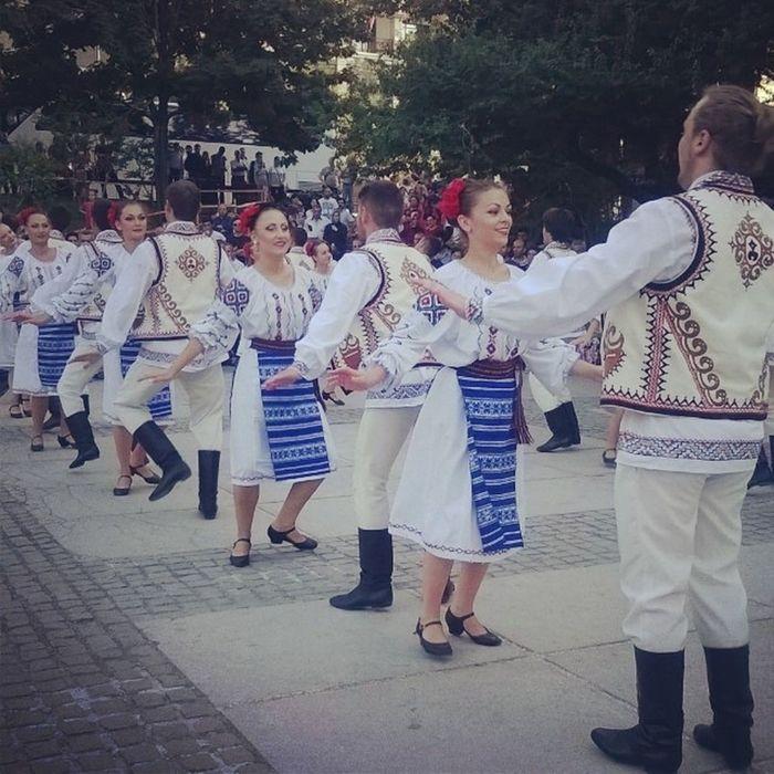 Yasemin'in geç gelmesi iyi oldu galiba.Ben de onu beklerken buraya denk geldim, Moldovları da izlemiş oldum ? ? Dans Gösteri Dance Yöresel halkdansları altınkaragoz fun