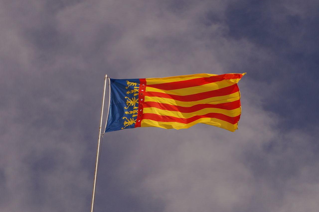 Bandera Comunidad Valenciana Comunitat Valenciana Espana-Spain España🇪🇸 Flag Flags In The Wind  Real Señera Valenciana Regne De Valencia Reial Senyera Valenciana Reino De Valencia Senyera Valenciana Señera Valenciana Blue Wave