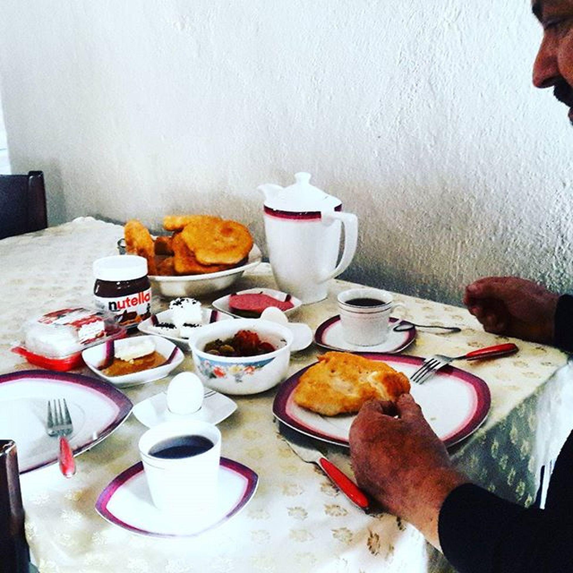 Bizim kahvaltimizda böyle Ben resim çekerken eşim pişileri götùrdù😊😊🌹🍃🌹🍃🌹🍃 Evimguzelevimde