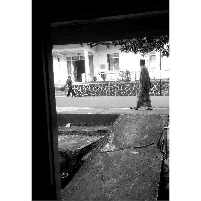 Antara kerja dan ibadah ... Lenovo_s920camera Photobyphone_myproject Bw Blackandwhitephoto Bw_indonesia Artphoto_bw Insta_bnw Bnw_globe Wonderfullkepri Humanityphotography People Humaninterestphotography Streetphotography Streetphotographer Streetphoto_bw Wonderfulindonesia IndonesiaOnly Indonesia_photography Ig_nesia Photooftheday Thephotosociety Tanjungpinangphoto Traditional