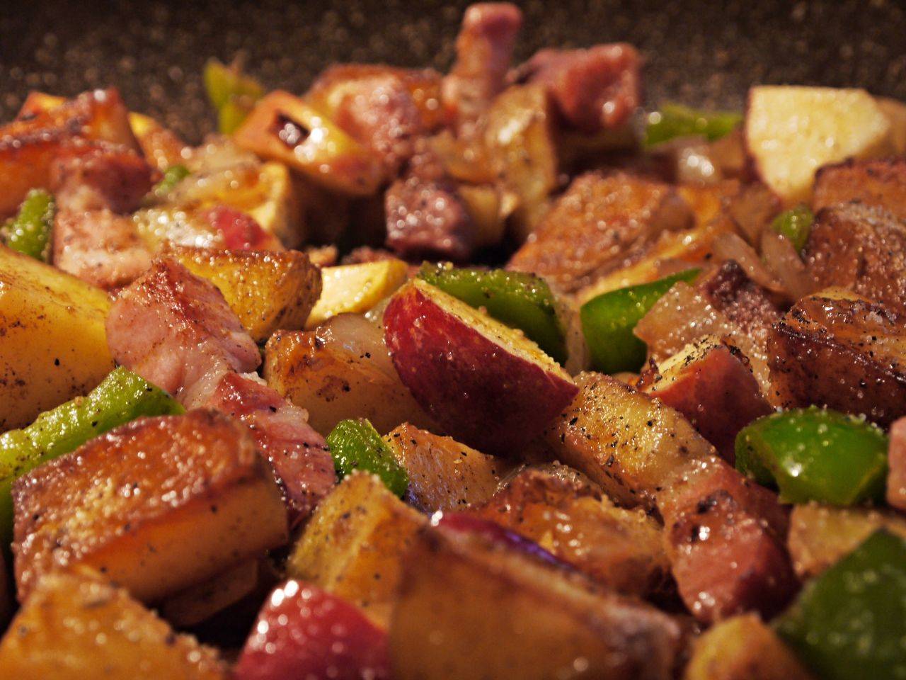 Apple Close-up Cooked Focus On Foreground Food Food And Drink Freshness Gourmet Home Cooking Indoors  Meat No People One Pan Paprica Potatoes Ready-to-eat Red Meat SLICE Spicy