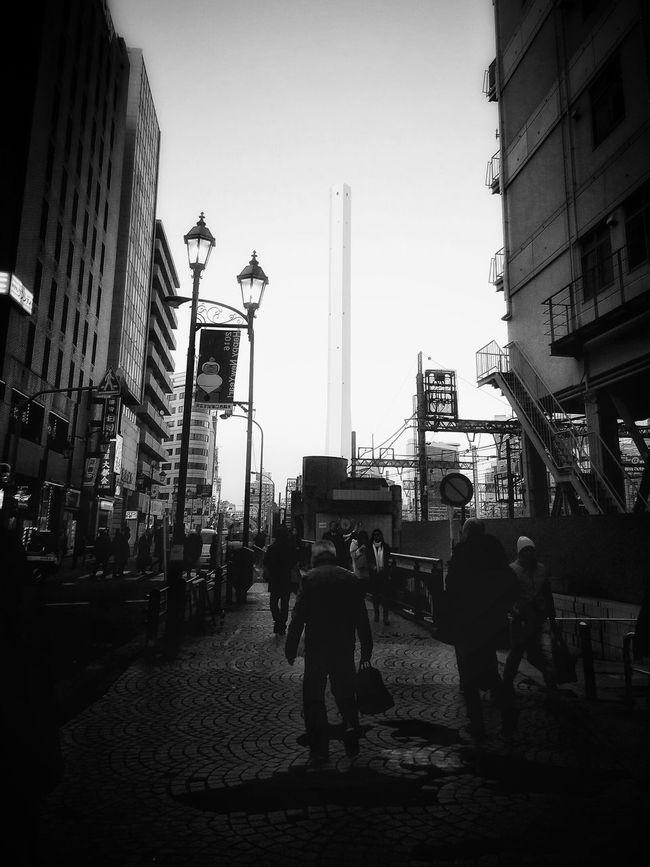見下ろすのばかりだったから、ちょっと見上げる写真を。 Tokyo Streetphotography People Watching Peoplephotography Black And White Monochrome モノクロ Ikebukuro Cityscape Buildings And Sky Big Chimney People Capture The Moment Light And Shadow People Silhouettes EyeEm Best Shots EyeEm Best Edits